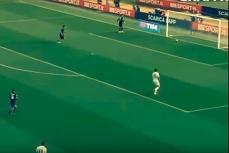 Голкипер забивает гол в свои ворота.