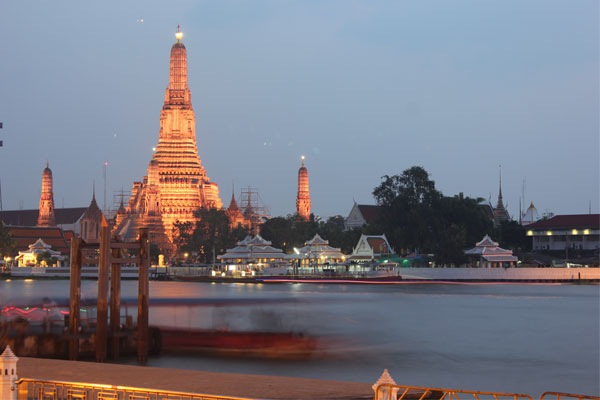 Храм Ват Арун (Wat Arun) в Бангкоке, Таиланд.