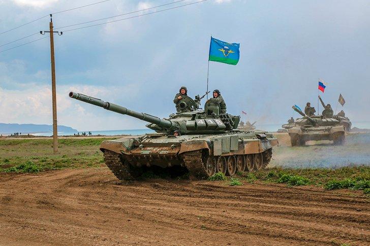 Бронетехника на масштабных учениях ВДВ в Крыму