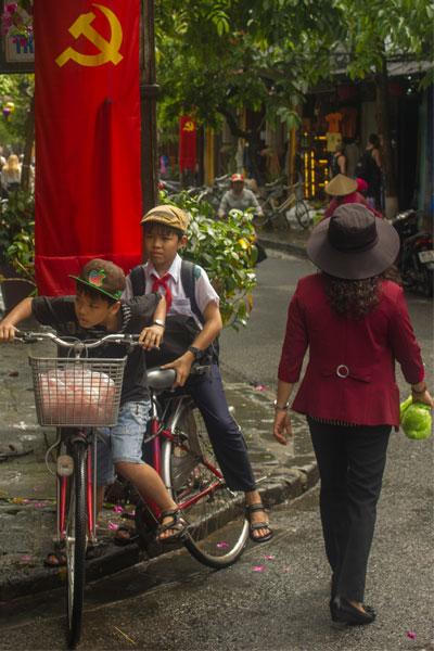 Два вьетнамских пионера на велосипеде в Хойане.