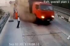 Зерновоз КамАЗ снес бетонные ограждения в Новороссийске