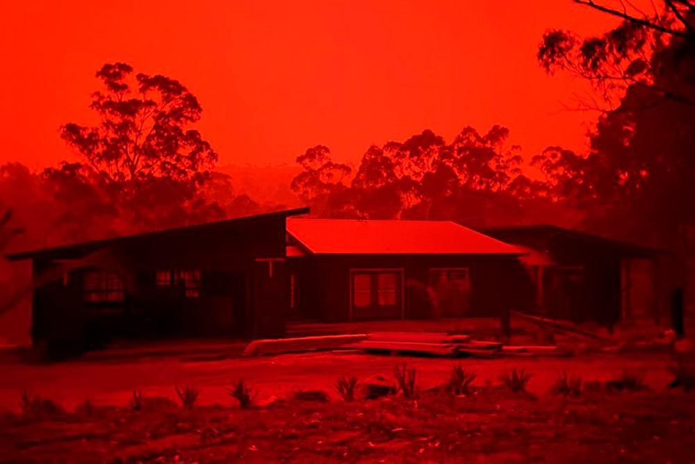 Жуткое красное зарево в австралийском небе - лесные пожары