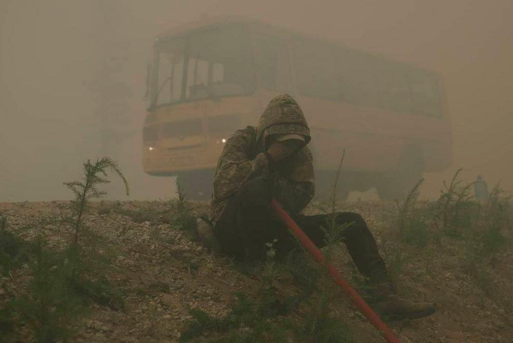 Добровольцы и пожарные тушат лесные пожары бушующие в Якутии