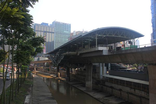 Станция надземного метро в Куала-Лумпуре. Малайзия.