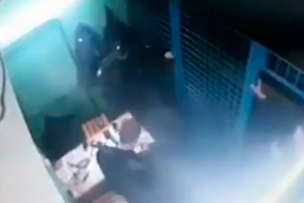 Момент расстрела полицейских на станции «Рязанский проспект» в Москве.