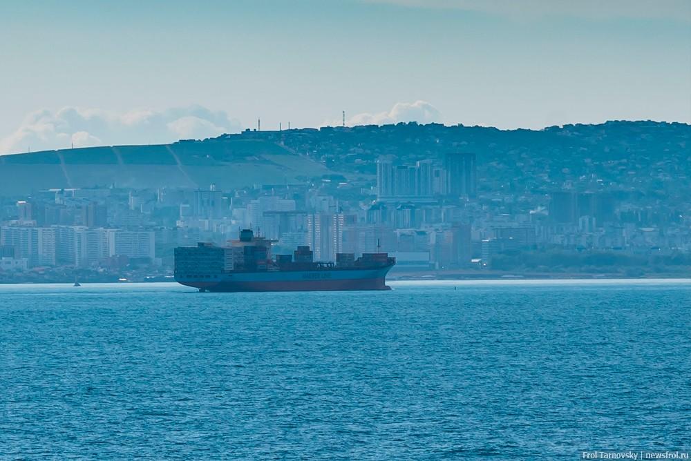 Контейнеровоз на рейде в порт Новороссийска.