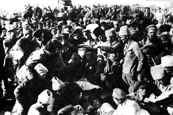 Штаб Повстанческой Армии и командный состав обсуждают проект разгрома врангелевцев (в центре командарм повстанцев Н. И. Махно). Октябрь 1920 год