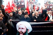 Демонстранты у посольства Саудовской Аравии в Тегеране.