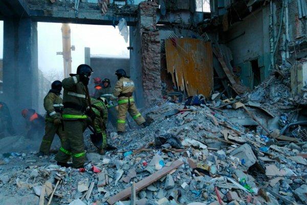 Спасатели расчищают завалы обрушившегося подъезда 10-этажного дома в Магнитогорске