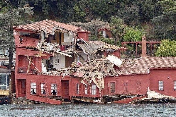 Разрушенный после столкновения особняк в Стамбуле