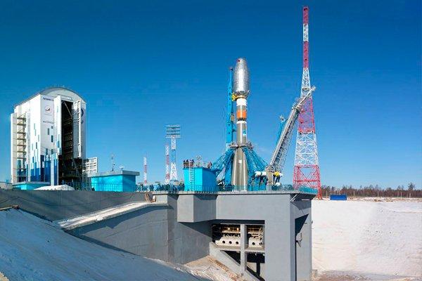 Мобильная башня и стартовый стол, на котором установлена ракета-носитель «Союз 2.1а»