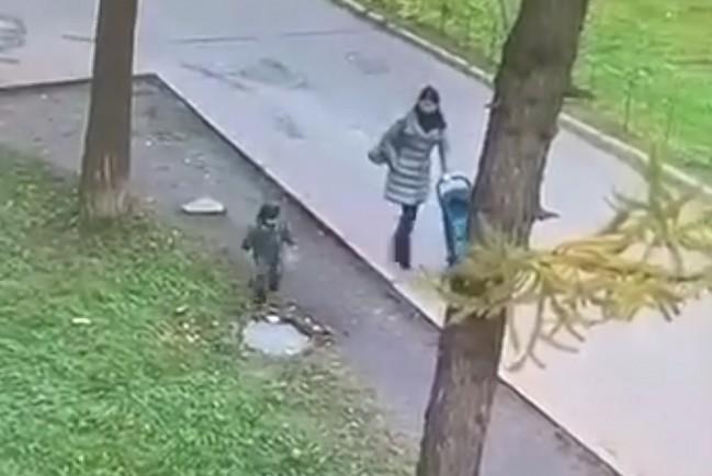 Девочка упала в канализационный колодец