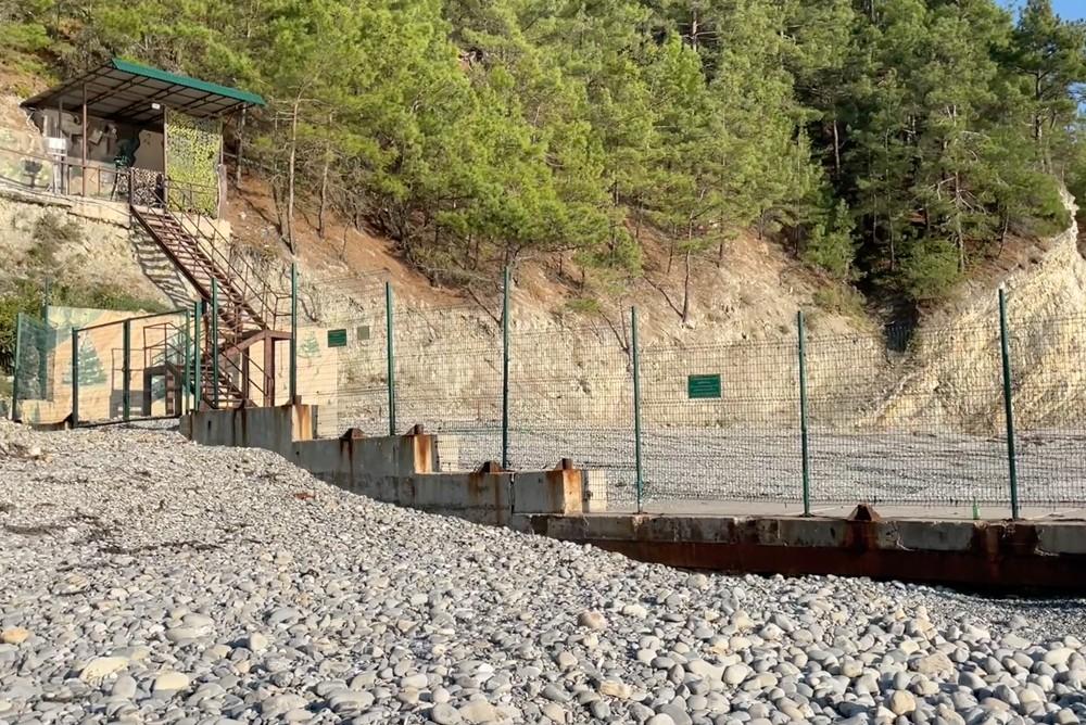 Запретная зона, через которую проходить запрещено. Дальше Дворец Путина