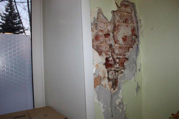 Отвалившаяся штукатурка на стенах больницы