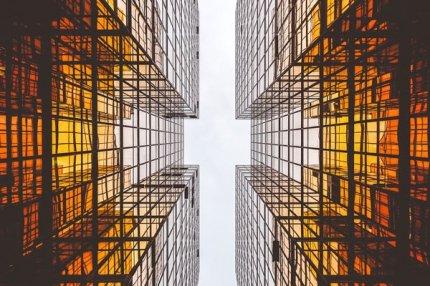 Здания из стекла и бетона