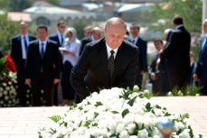 Владимир Путин возложил цветы к месту захоронения И.Каримова.