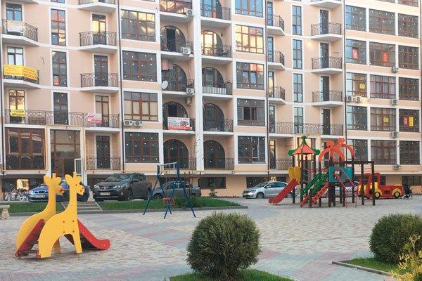 Внутренний дворик с детской площадкой в жилом комплексе «Черноморский-2»