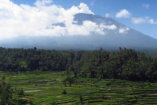 Из-за опасности извержения вулкана наострове Бали эвакуировали около 100 тыс. человек