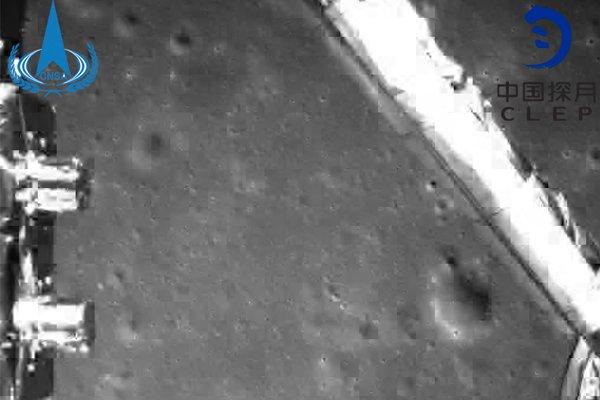 Одна из первых в мире фотографий тёмной стороны Луны, сделанная китайским космическим аппаратам «Чанъэ-4» на близком расстоянии