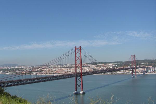 Мост имени 25 апреля. Лиссабон, Португалия.