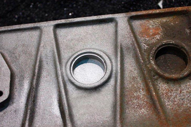 Разница между очищенным пескоструйным аппаратом участком детали и неочищенным
