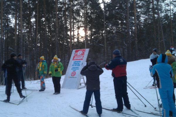 Группа лыжников на трассе здоровья в Барнауле.
