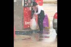 Женщина заливает бензин в пакеты для продуктов