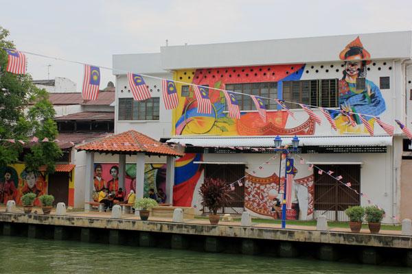 Профессионально разрисованные дома на набережной. Малакка, Малайзия.
