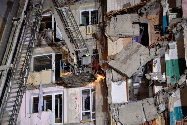 Ведётся работа по расчистке нависающих бетонных панелей в обрушившемся подъезде 10-этажного дома в Магнитогорске