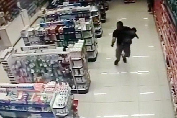 Полицейский вступил в стрельбу сграбителями, держа ребенка наруках
