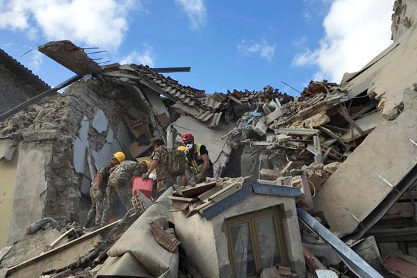 Спасатели работают после землетрясения.