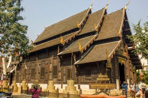 Деревянный храм Wat Phan Tao.
