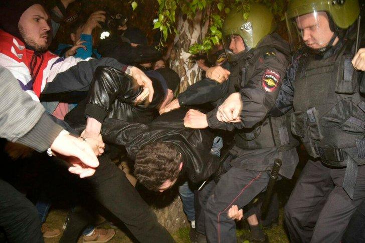 Столкновения противников строительства храма с полицией
