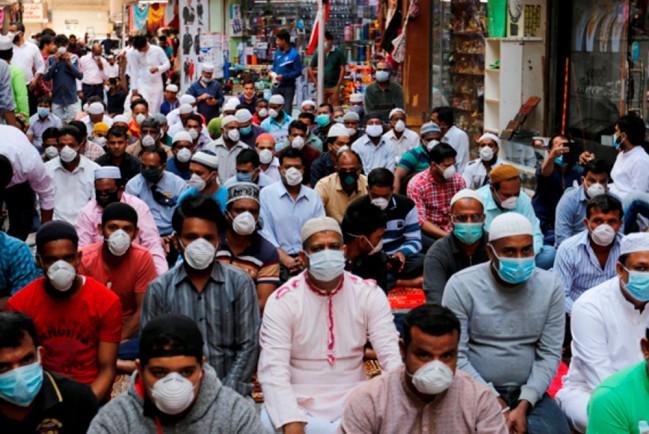 Иранские мусульмане молятся в медицинских масках