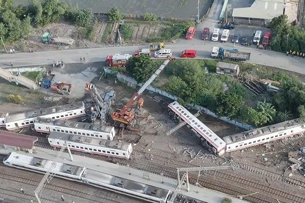 Место катастрофы пассажирского поезда на Тайване