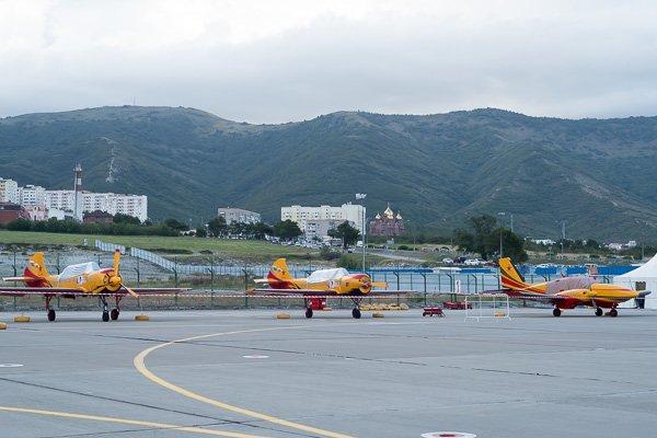 Самолёты пилотажной группы «Первый полёт» на фоне гор Геленджика