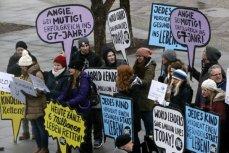 Активисты с плакатами в поддержке глобальной вакцинации.