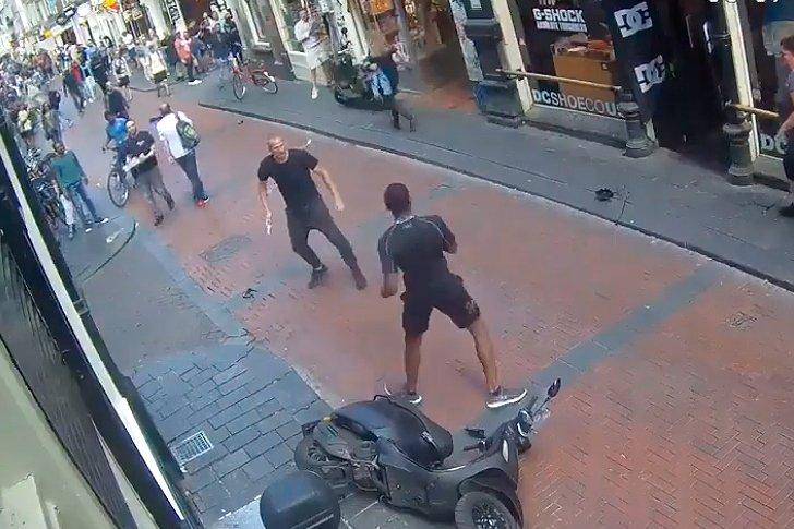 В Амстердаме зарезали человека в центре города