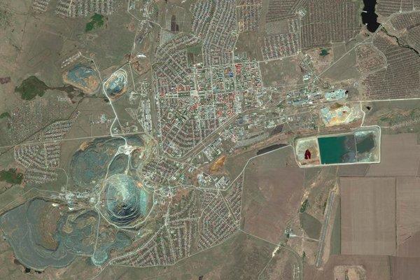 Снимок сибайского карьера и города со спутника
