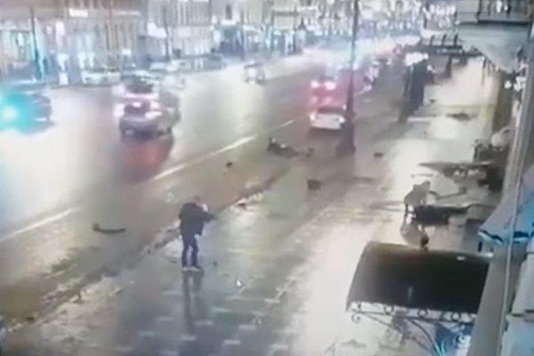 На Невском проспекте автомобиль BMW X6 вылетел на тротуар и сбил пешеходов.