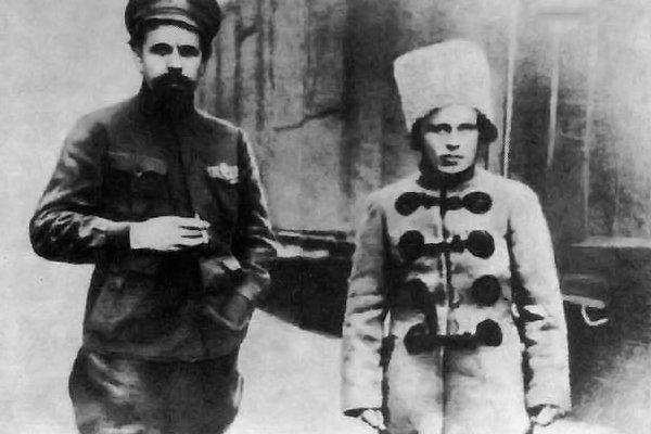 Комбриг Нестор Махно и командир Заднепровской дивизии П.Е. Дыбенко, 1919 год. Мариуполь