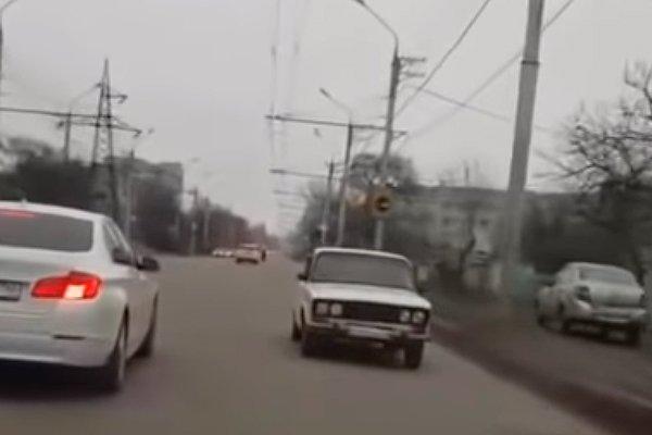 Автомобиль едет задом наперёд