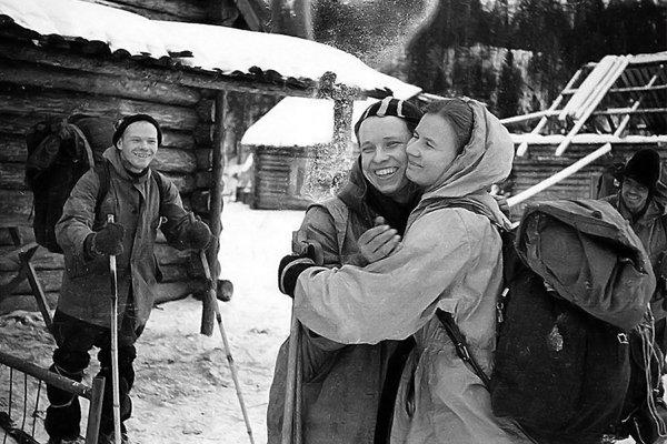 Юрий Юдин и Людмила Дубинина обнимается. Юрий Юдин оказался единственным выжившим из всей группы. Cзади улыбается Игорь Дятлов