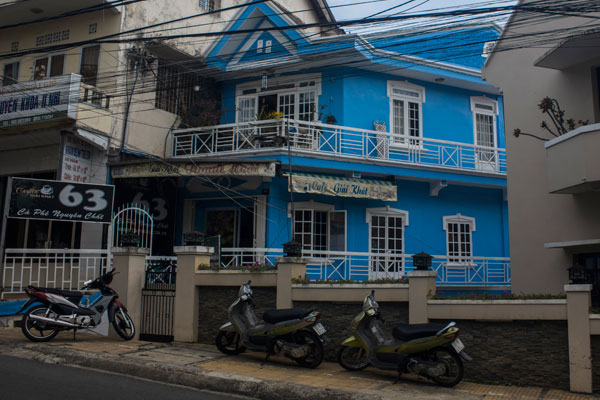 Красивый синий дом в Далате.