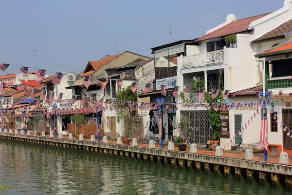 Отели и гестхаусы вдоль реки. Малакка, Малайзия.