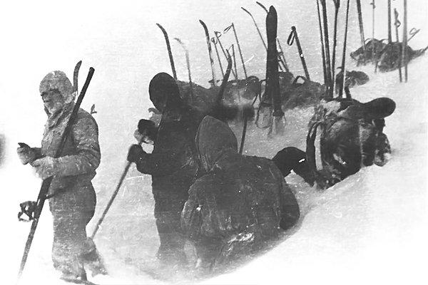 Один из последних снимков группы Дятлова во время установки палатки на склоне горы