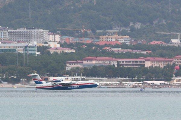 Самолёт-амфибия Бе-200 ЧС. Идёт на взлёт