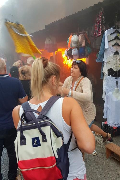 Пожар на рынке в Геленджике. Продавцы спасают товар