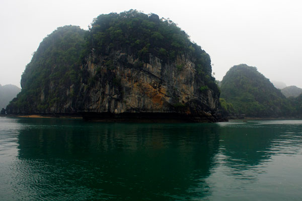 Виды бухты Халонг. Карстовые скалы.