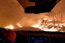 Семья на машине прорывается через огонь в городе Парадайс